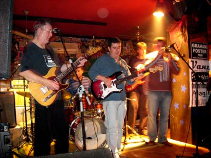 Graham, Camilo, Jose, Toni Oltra (bateria) y Paco Mifsud (trompeta picolo) versioneando Little Wing de Hendrix