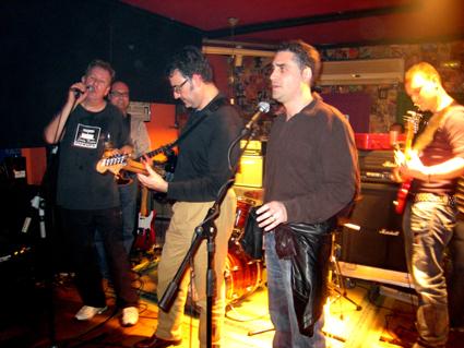 Ricardo, Graham, Fernando, JR (mic) y Carles Mar (bajo)