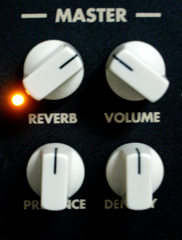 Controles master Reverb, Volume, Presence y Density