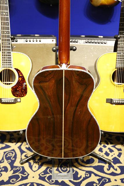 Habrá tres versiones disponibles: 000-28EC Crossroads Madagascar Rosewood ($5.999), 000-45EC Crossroads Madagascar Rosewood ($12.999) y la 000-45EC Crossroads Brazilian Rosewood ($49.999). Cada modelo estará firmado por Eric Clapton y Chris Martin