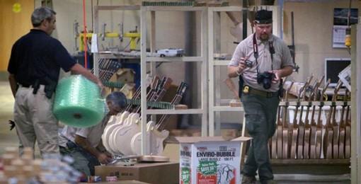 Agentes federales registrando la fábrica de Gibson