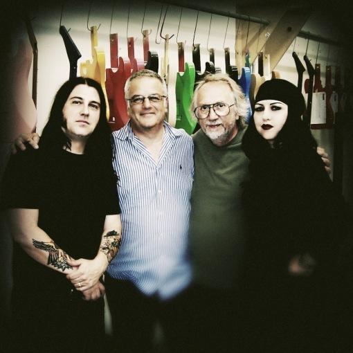 Mick Murphy, Jon Gold, Grover Jackson y Tairrie B en GJ2 Guitars.