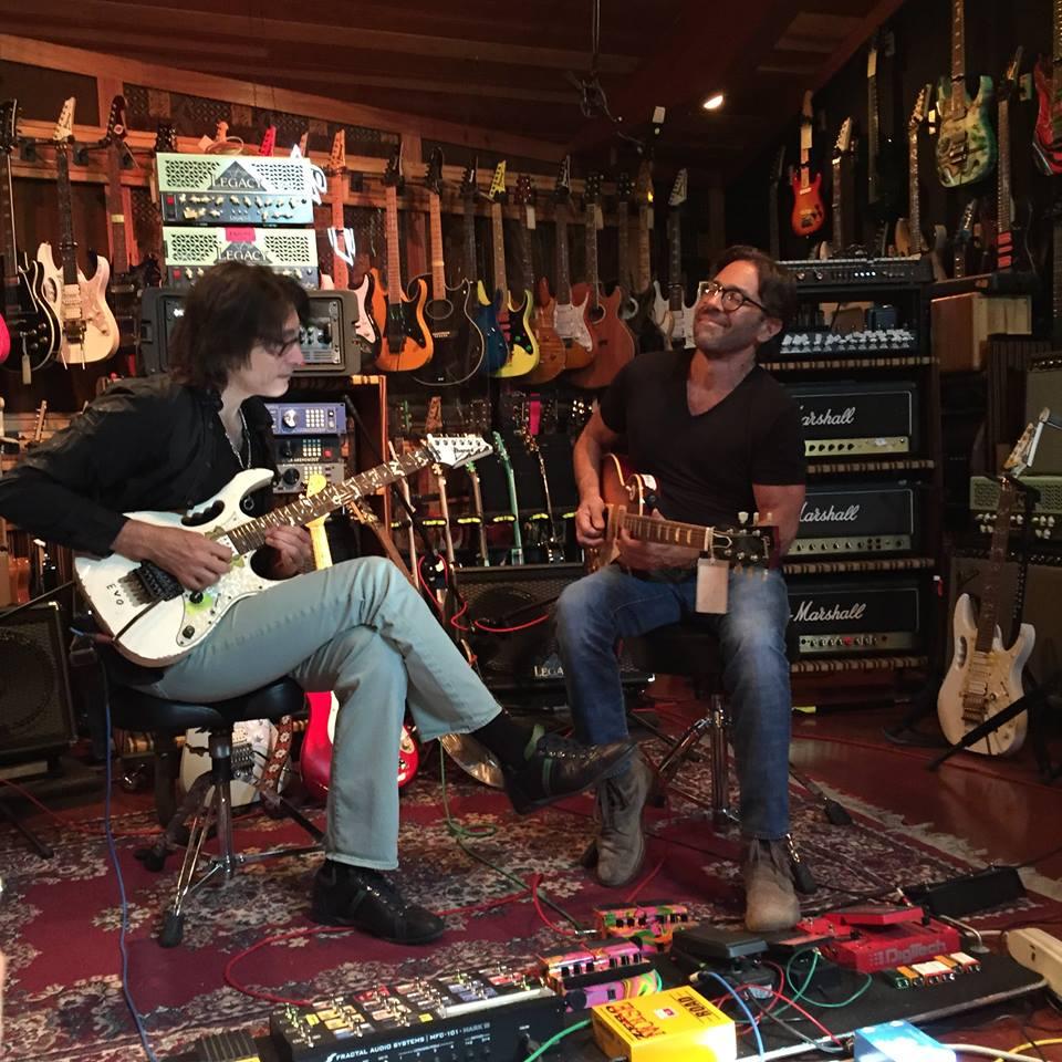 Al DiMeola se paso recientemente por The Hut, el estudio de Steve Vai