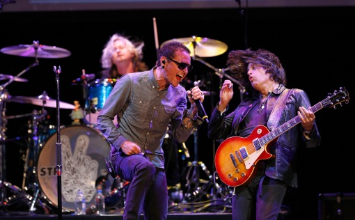 Lead vocalist of Linkin Park Chester Bennington (L) performs with guitarist Dean DeLeo of Stone Temple Pilots at 9th annual MusiCares MAP Fund Benefit concert in Los Angeles, California May 30, 2013. REUTERS/Mario Anzuoni (UNITED STATES - Tags: ENTERTAINMENT) - RTX106R5